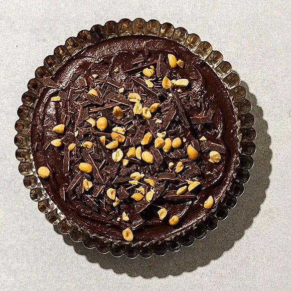 Raw food chokladtårta med mandelbotten och jordnötskola