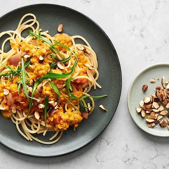 Krämig spagetti med röda linser och rostad mandel