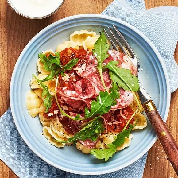 Pasta med tomatsås och salami