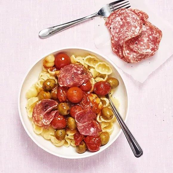 Pasta med oliver och salami
