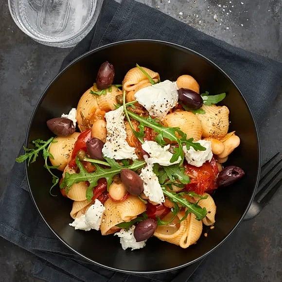 Pasta med tomat- och olivsås och mozzarella