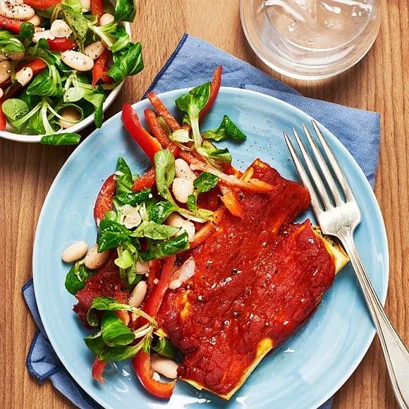 Tomatbakad cannelloni med paprika- och bönsallad