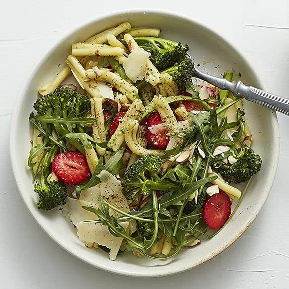 Pastasallad med broccoli och avokadopesto