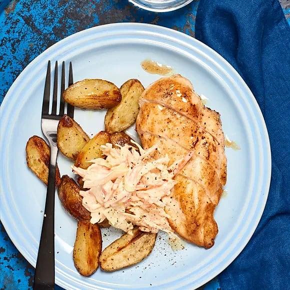 Kyckling med klyftpotatis och coleslaw