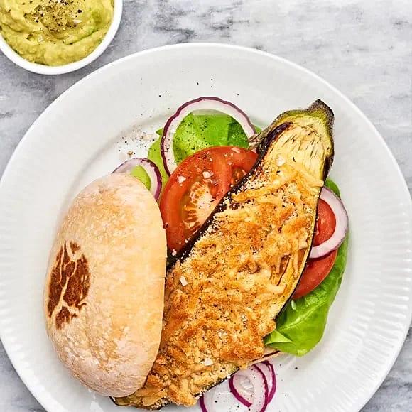 Parmesangratinerad aubergineburgare med avokadoröra