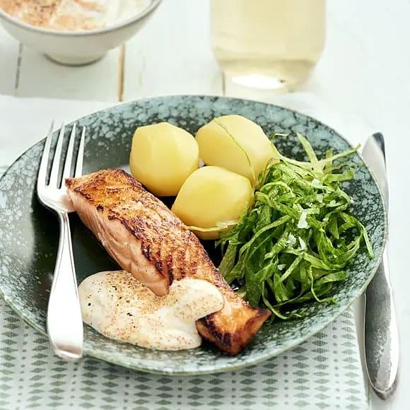 Stekt lax med potatis och romsås