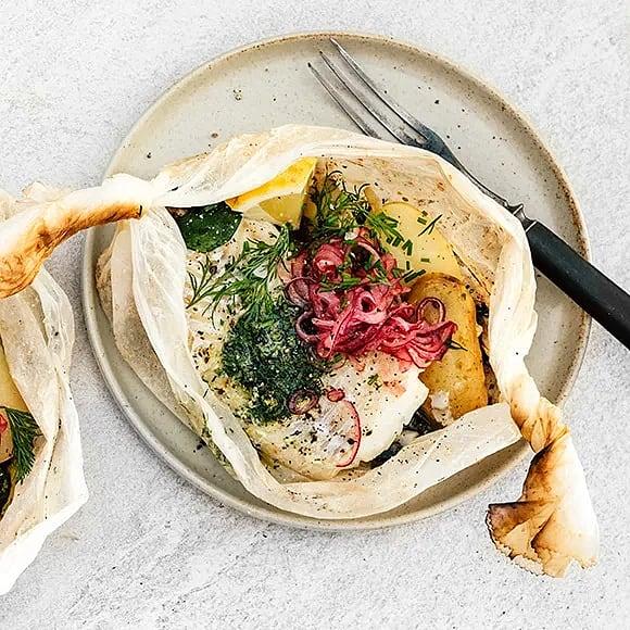 Fiskpaket med kryddsmör och syrad lök