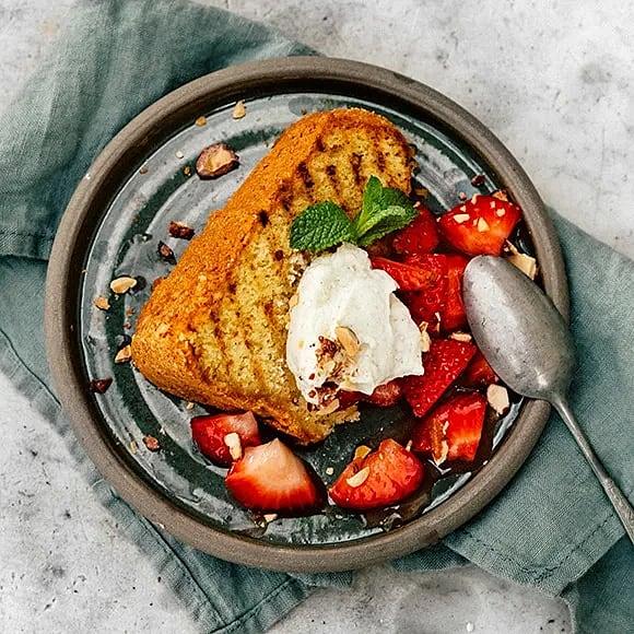 Grillad sockerkaka med fläderjordgubbar