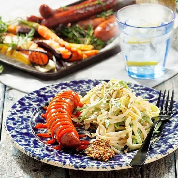Korvbricka med coleslaw och grillade morötter