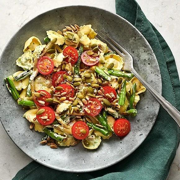 Fylld pasta med basilikakräm och rostade frön