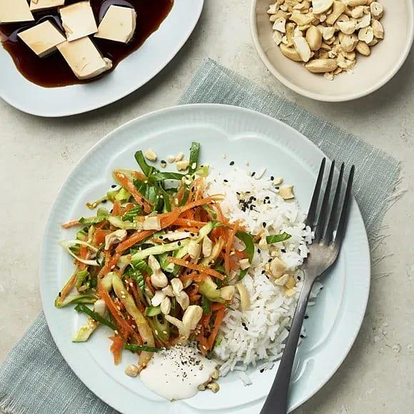 Riven morotsallad med apelsindressing och tofu
