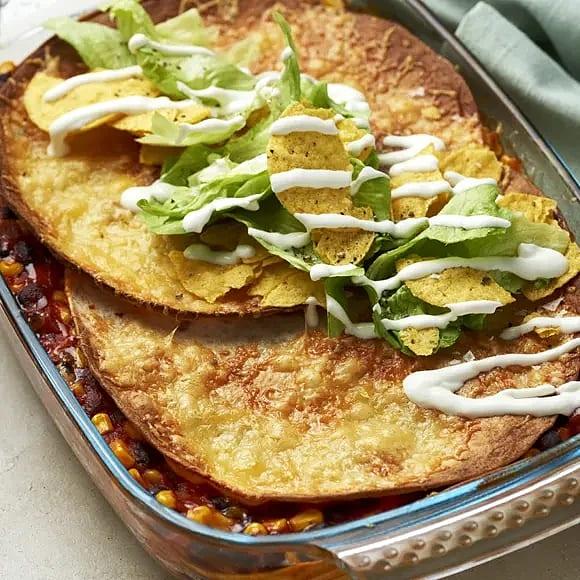 Blackbean tortillalasagne med gräddfil och nachos