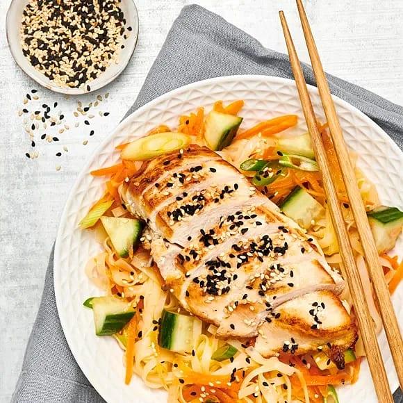 Stekt kycklingfilé med nudelsallad