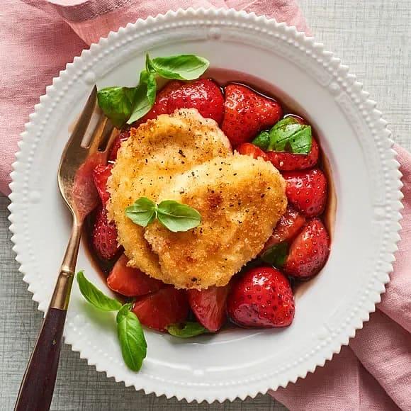 Stekt mozzarella med jordgubbar och basilika i balsamico