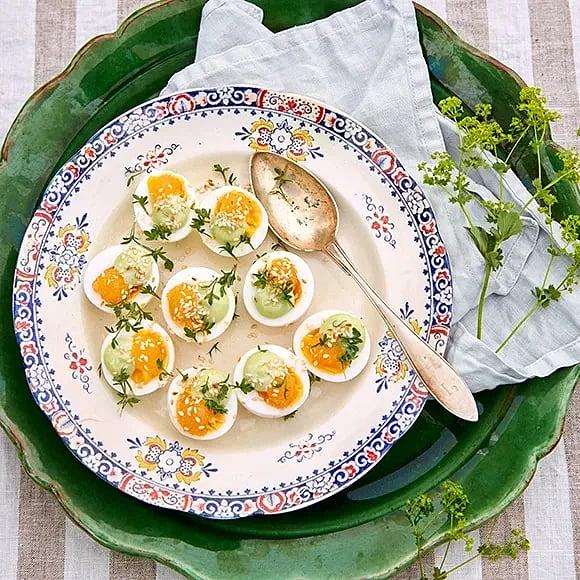 Ägghalvor med gräslöksmajonnäs och rom