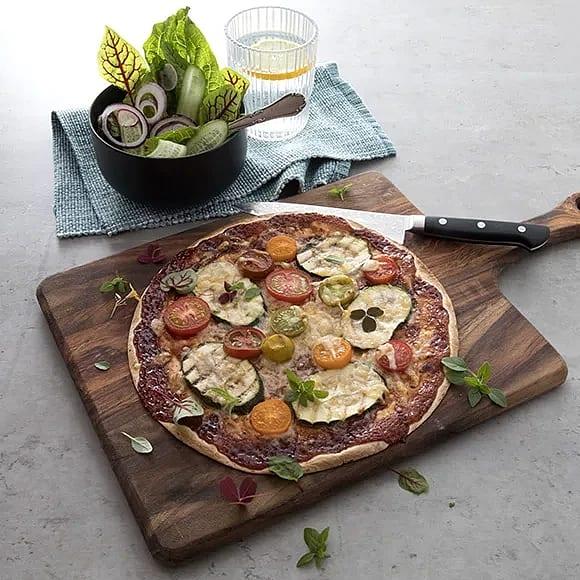 Grillad tortillabrödspizza med grönsaker och BBQ-sås
