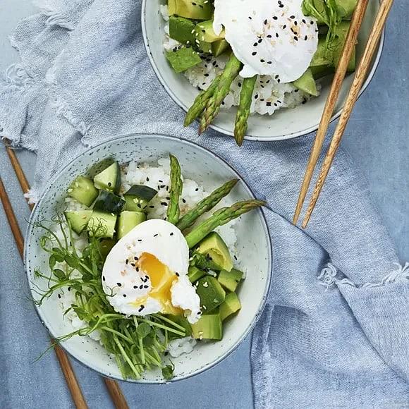 Poké bowl med sparris och pocherat ägg