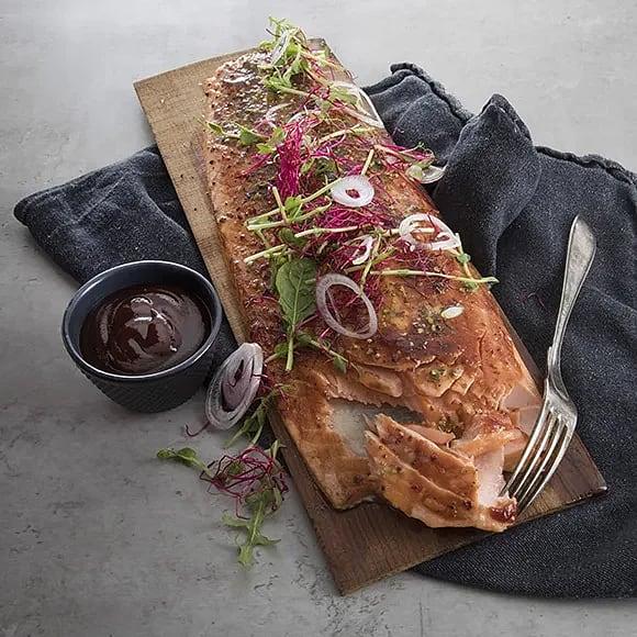 Grillad laxplanka med BBQ-sås och grönsaksströssel