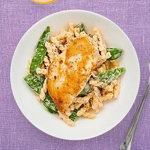 Stekt kycklingfilé med krämig pasta