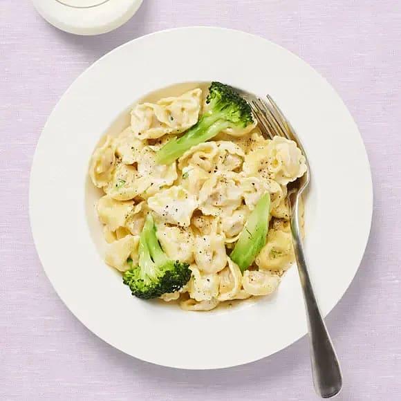 Tortellini i krämig ostsås och broccoli