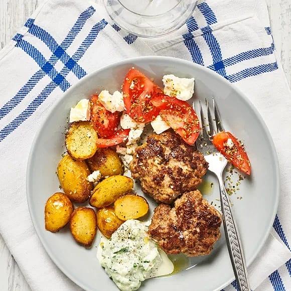 Färsbiffar med tomat- och fetasallad och tzatziki