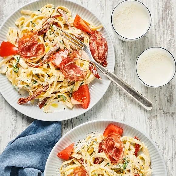 Tagliatelle med basilikasås och salami