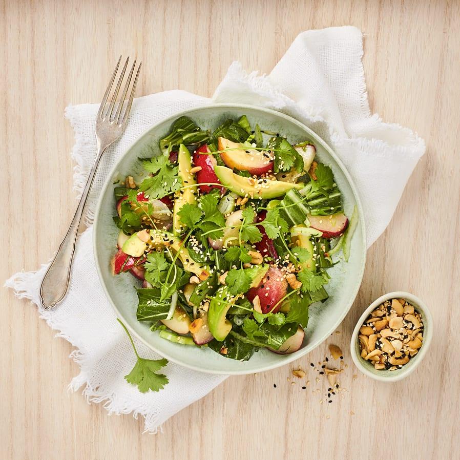 Sallad med nektariner, pak choi, avokado och limedressing