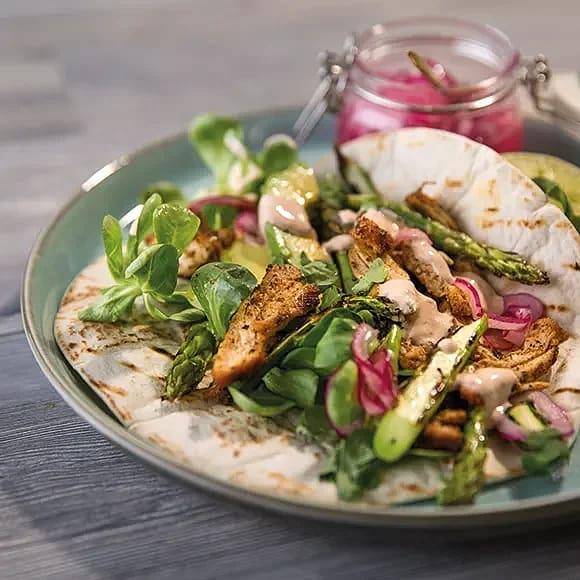 Kycklingtacos med grillad sparris & kryddig gräddfil