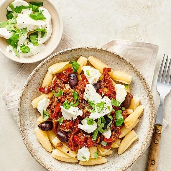 Köttfärssås med oliver och basilika