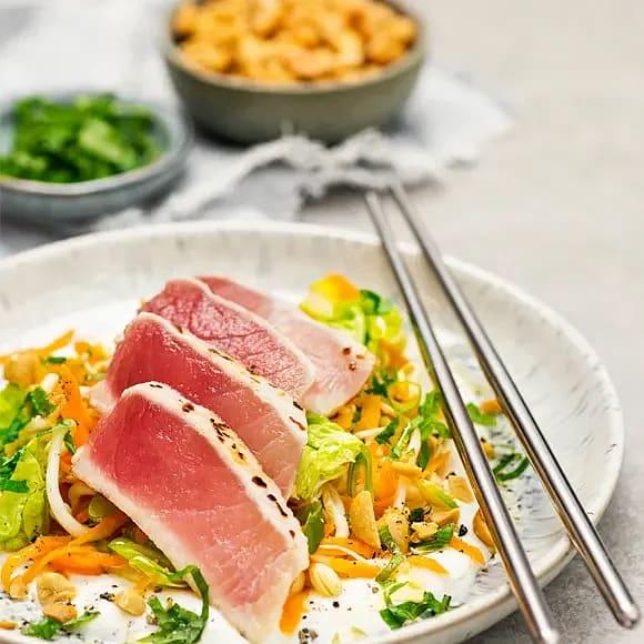Tonfisk med morots- och myntasallad med jordnötter