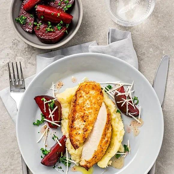 Kyckling med persiljestekta rödbetor och pepparotsmos