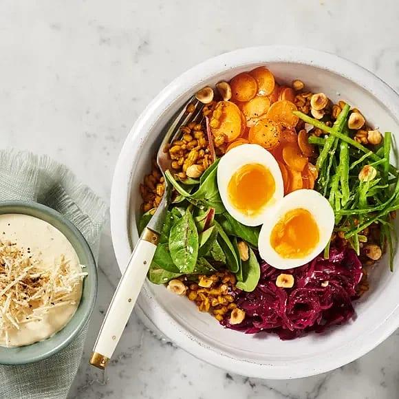 Bowl med saffranskokt matvete och grönsaker