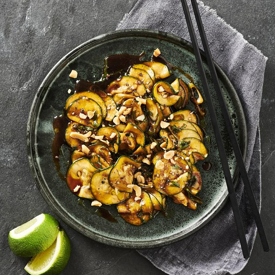 Råmarinerad zucchini med ketjap manis och jordnötter