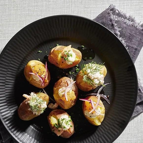 Små bakade potatisar med fyllningar från havet