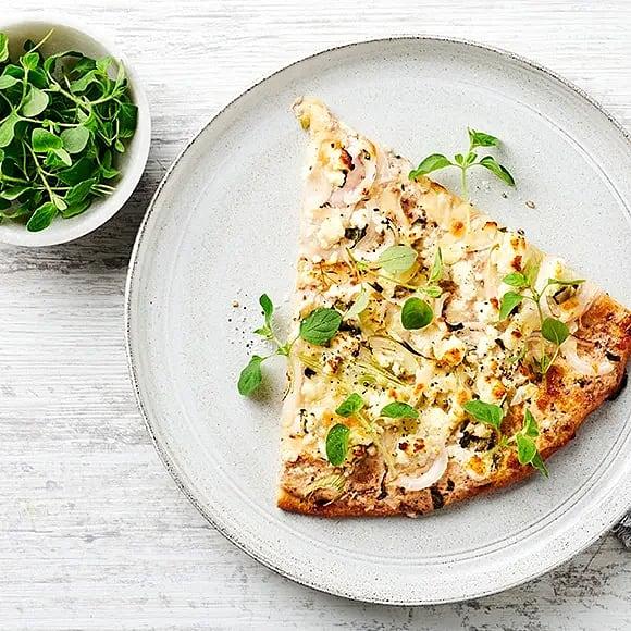 Pizza bianco med olivcrème fraiche, fetaost och oregano