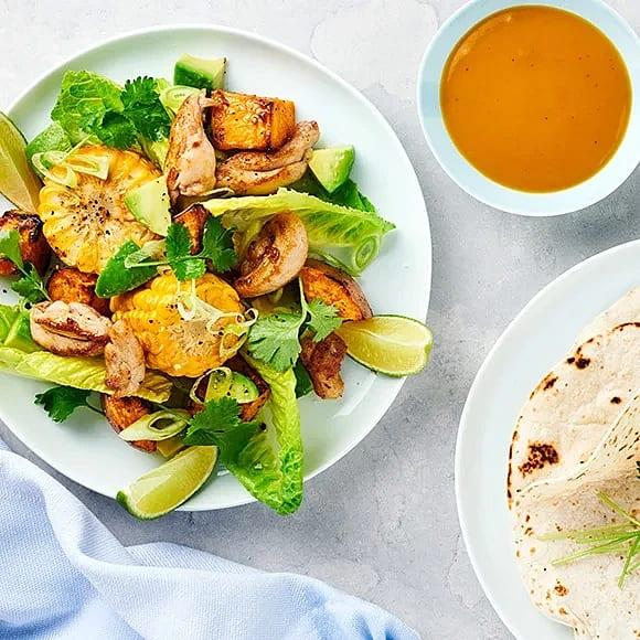 Ljummen kycklingsallad med sötpotatis och mangodressing
