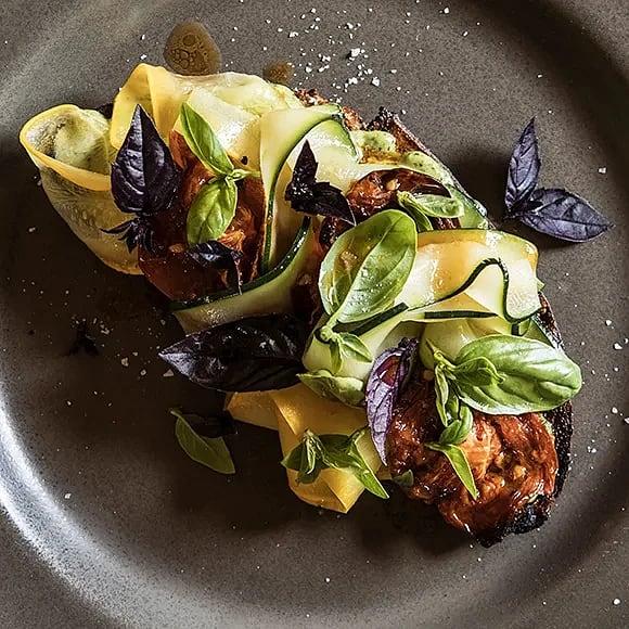 Macka med tomat, zucchini och basilikamajonnäs