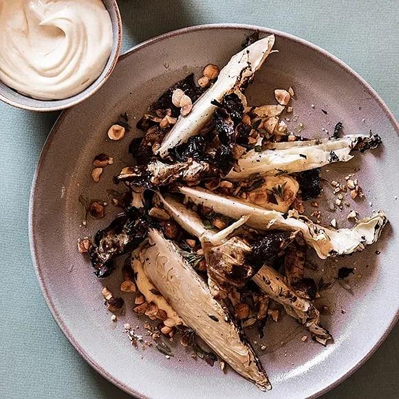 Grillad spetskål med rostade hasselnötter och brynt smör-majonnäs