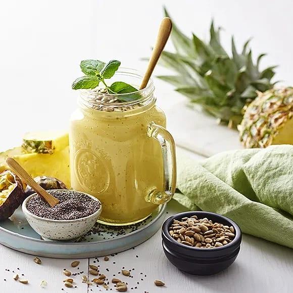 Smoothie med passionsfrukt, mango och ananas
