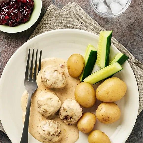 Gräddkokta köttbullar med potatis och gurka