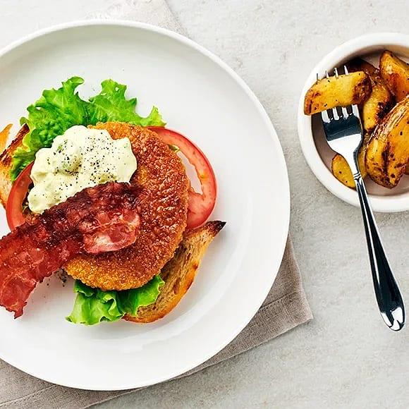 Clubsandwich med avokado, kyckling och currydressing