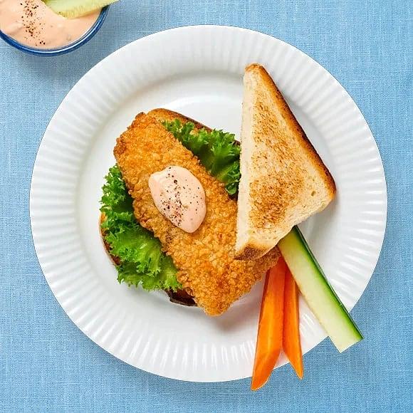 Fiskburgare med grönsaksstavar och dipp