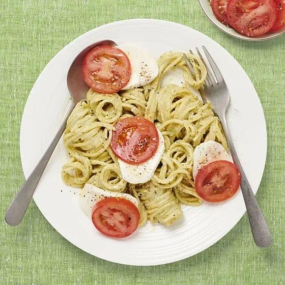 Pasta pesto med mozzarella och tomat
