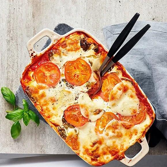 Vegetarisk lasagne med zucchini, tomat och basilika