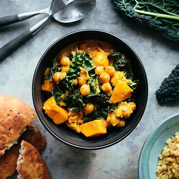 Solgul currygryta med sötpotatis, kål och kikärtor