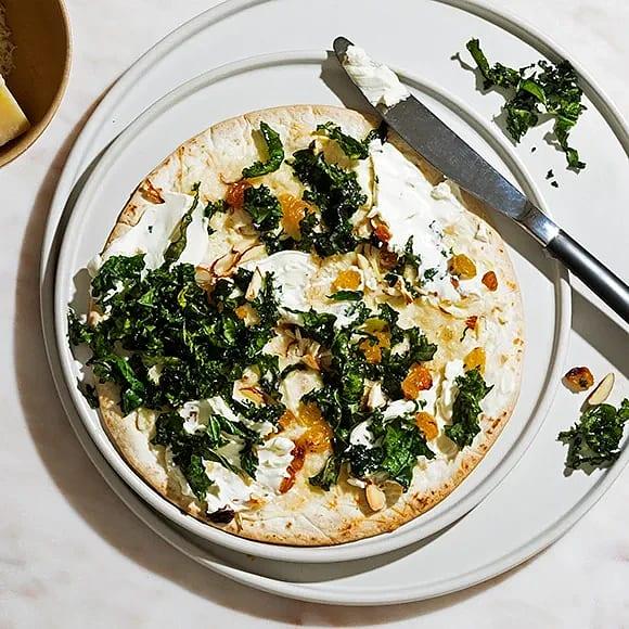 Pizza bianco med grönkål och mandel