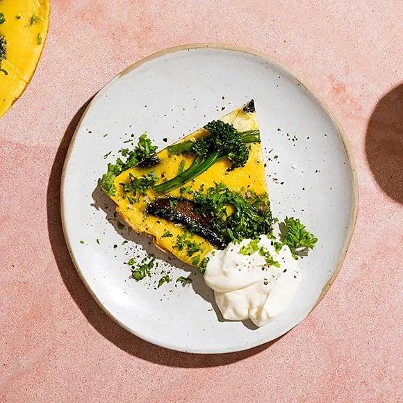 Omelett med råstekt broccoli och svamp