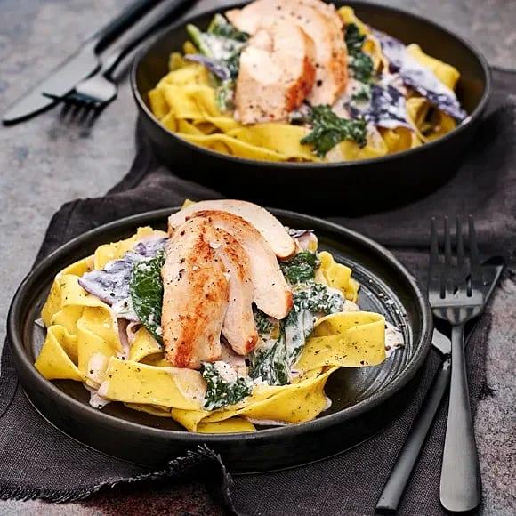 Kyckling med färsk pasta och krämig svartkål