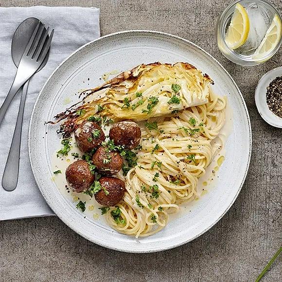 Vegobollar med parmesansås och spetskål