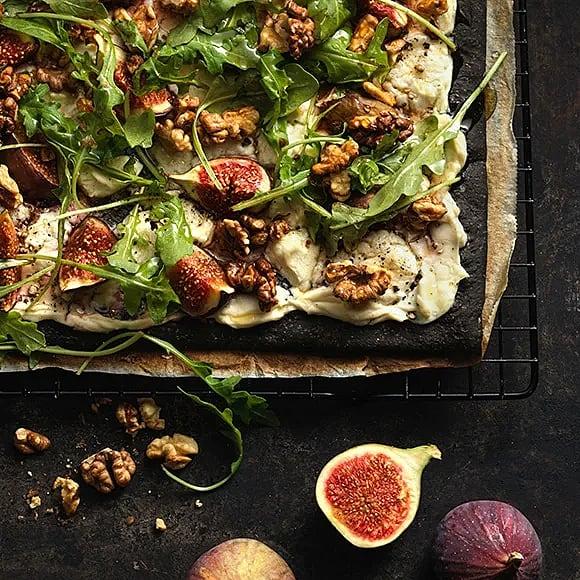 Svart pizza med fikon och chèvre